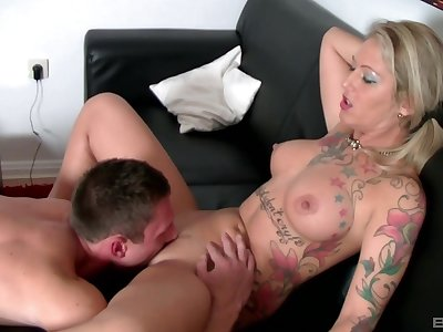 Tattooed blonde throats in fine fettle fucks in insane cam play the part