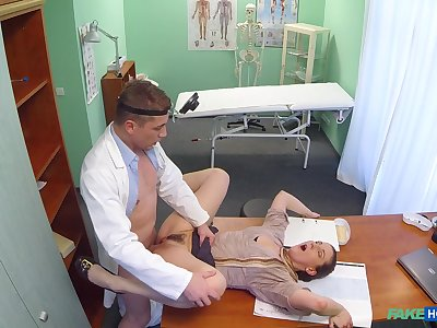 Doctor fucks unpredictable intensify patient in rub-down the pussy and cums on her exposure