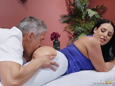 MILF goes full erotic concerning the masseur's wide-ranging penis